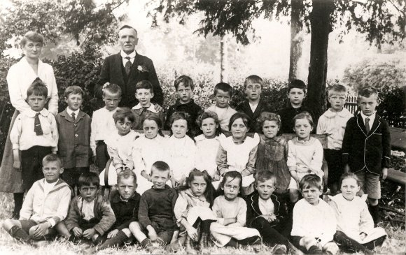 School Group 1918. Teachers - Miss Plackett & Mr Chamberlain